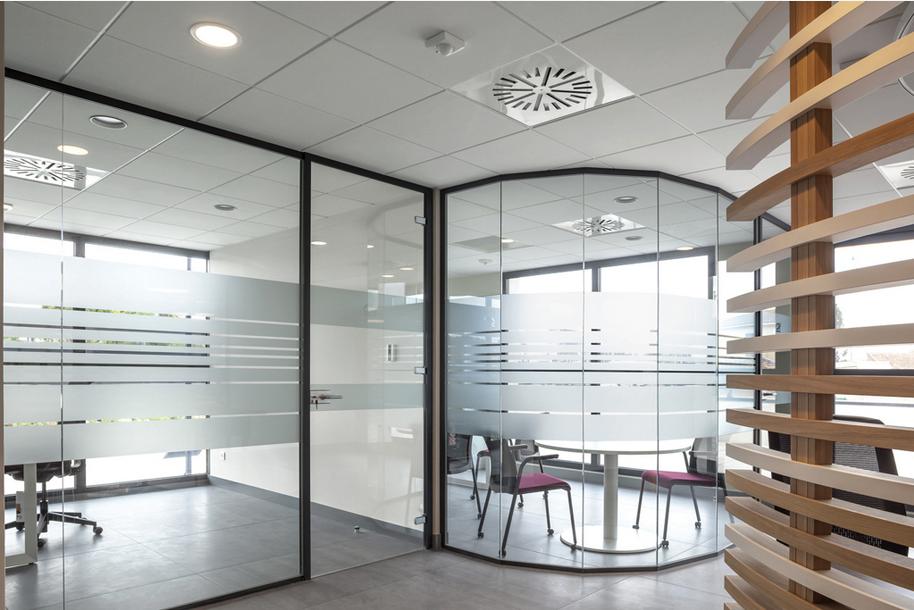 Cloison Transparente-Hoyez-Transparence-vitrée-courbée-amenagement-banque-bois-ossature-aluminium-noire