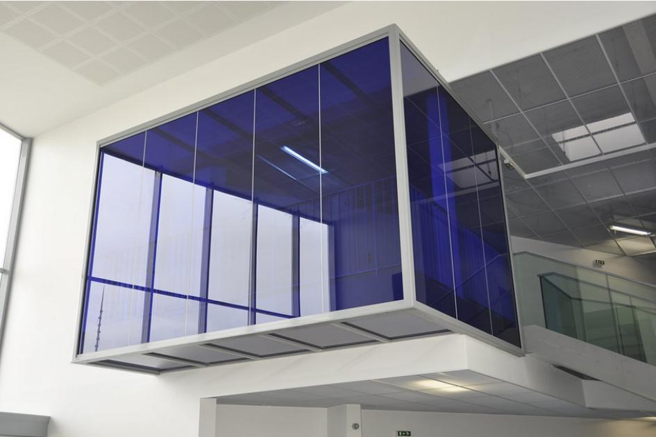 aménagement d'un hall d'accueil-Cloison-hoyez-H5-transparence-suspendue-bleue-amenagement hall d'accueil lycée