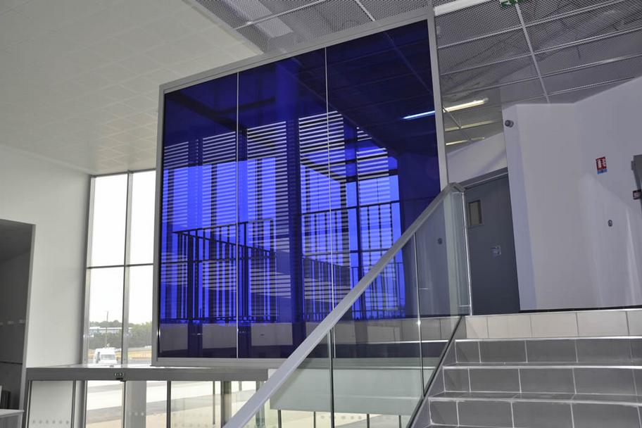 am nagement d 39 un hall d 39 accueil dans un univers cubique bleut avec la h5 transparence hoyez. Black Bedroom Furniture Sets. Home Design Ideas