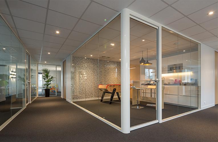 cloison-hoyez-H7T-H7-Transparence-Transparente-aménagement-salle-de-repos-jeux-babyfoot