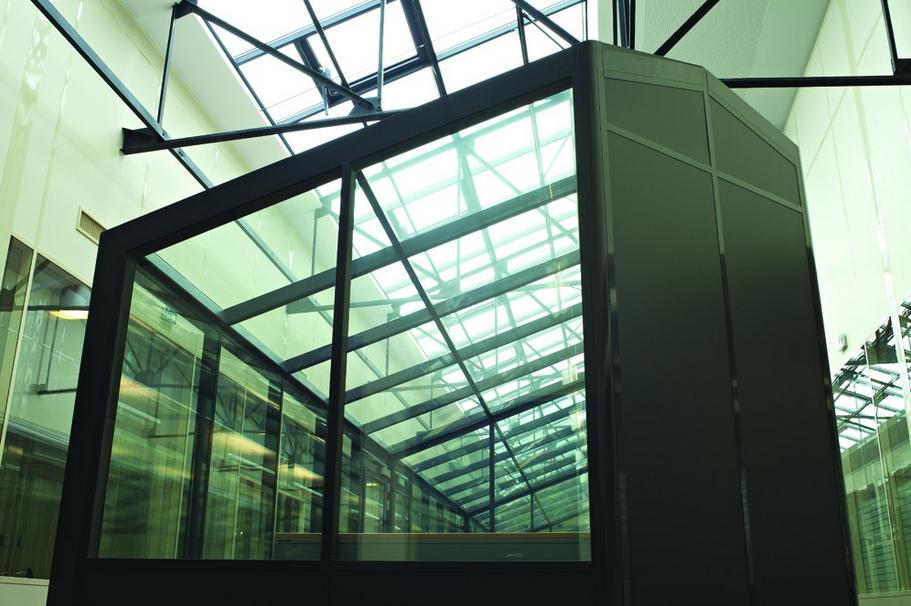 réhabiliter en bureaux un ancien entrepôt-cloison-hoyez-H9-ossature-noire-semi-vitré-amenagement-bureau-esprit-industriel-grande-hauteur-lumière-