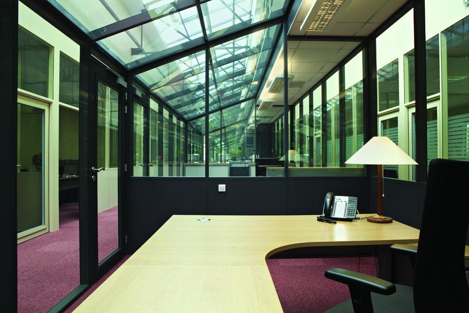 réhabiliter en bureaux un ancien entrepôt-cloison-hoyez-H9-ossature-noire-semi-vitré-amenagement-bureau-esprit-industriel-grande-hauteur-lumière--