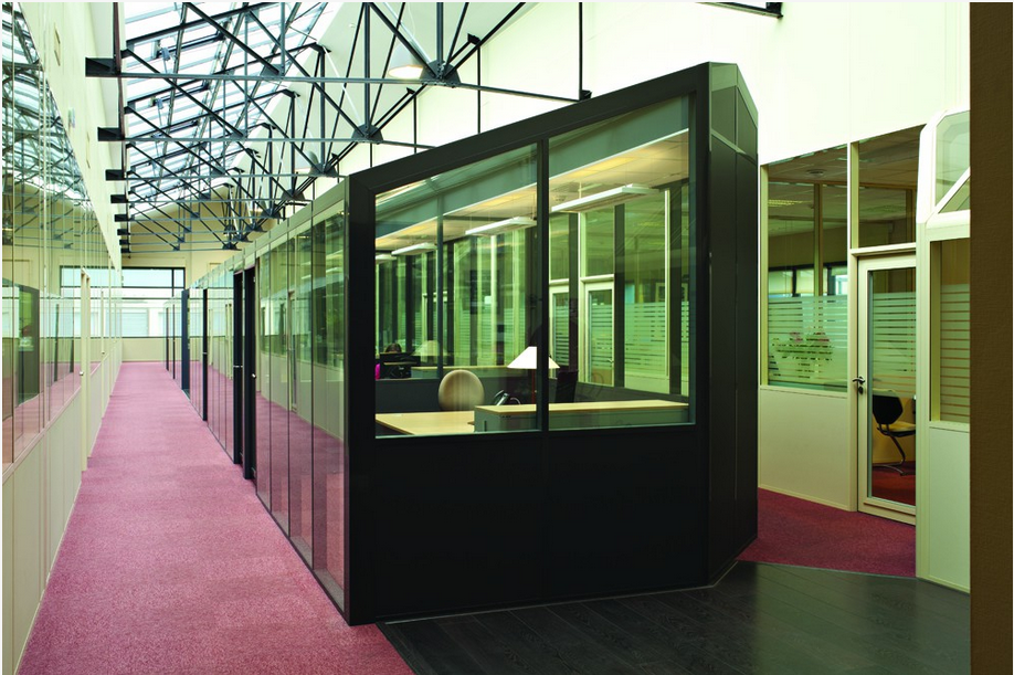 réhabiliter en bureaux un ancien entrepôt-cloison-hoyez-H9-ossature-noire-semi-vitré-amenagement-bureau-esprit-industriel-grande-hauteur-lumière