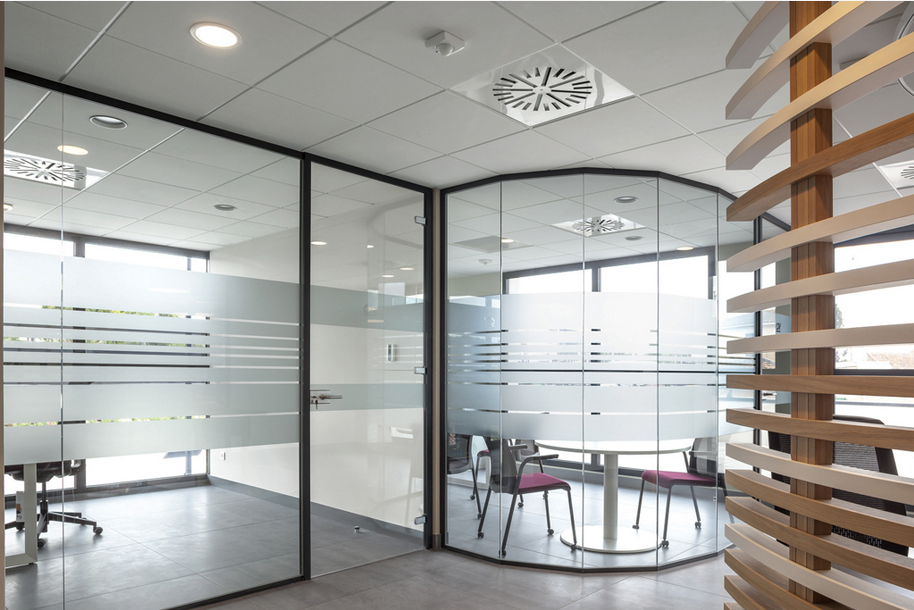 Cloison hoyez transparence vitr e courb e amenagement for Cloison industrielle vitree