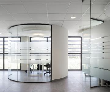 Cloison-Hoyez-Transparence-vitree-courbee-amenagement-banque-945x630